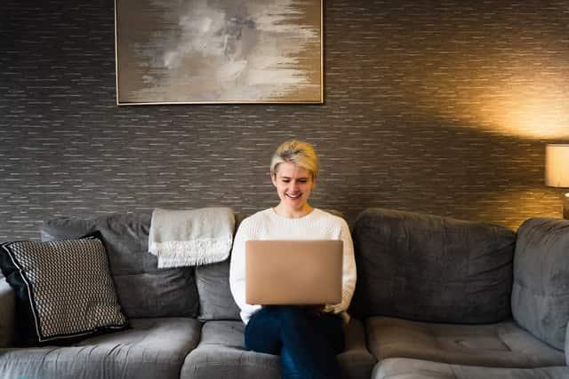 Belle rencontre en ligne blonde avec un ordinateur portable.